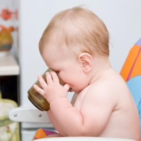 Как научить ребенка пить из чашки?